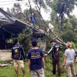 นครนายก เกิดพายุลมฝนแรงส่งผลให้บ้านเรือนเสียหาย ต้นไม้หักขวางการจราจรในพื้นที่ตำบลเขาพระ หลายเส้นทาง